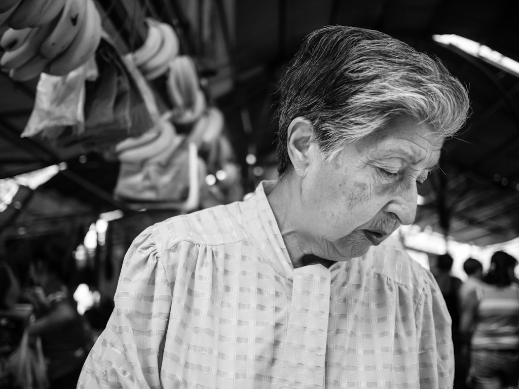 CL Society 208: Old lady shopping. Flickr -  Francisco Osorio.