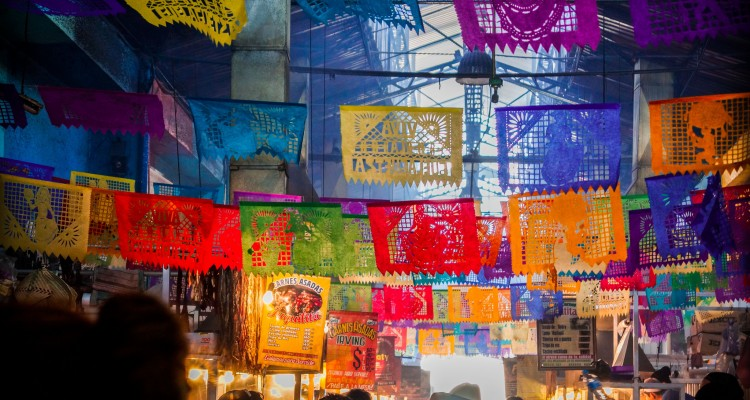 "The ""tianguis"" dan pasar lebih dari ruang sederhana untuk membeli dan menjual tetapi merupakan tempat jantung kekayaan budaya Meksiko. Flickr - Giulian Frisoni."