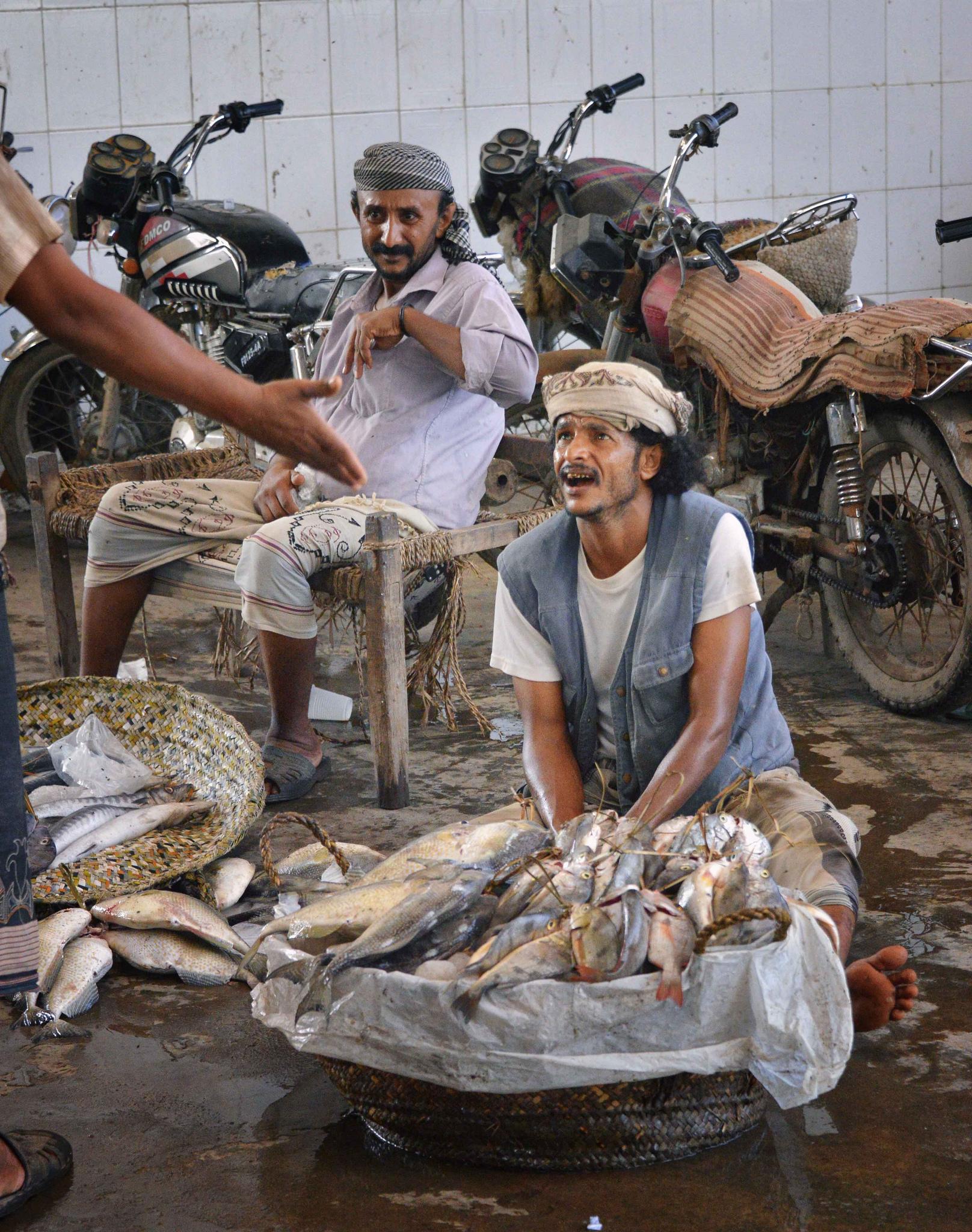 Penjual ikan di Pasar Ikan di Yemen. Flickr - Rod Waddington.