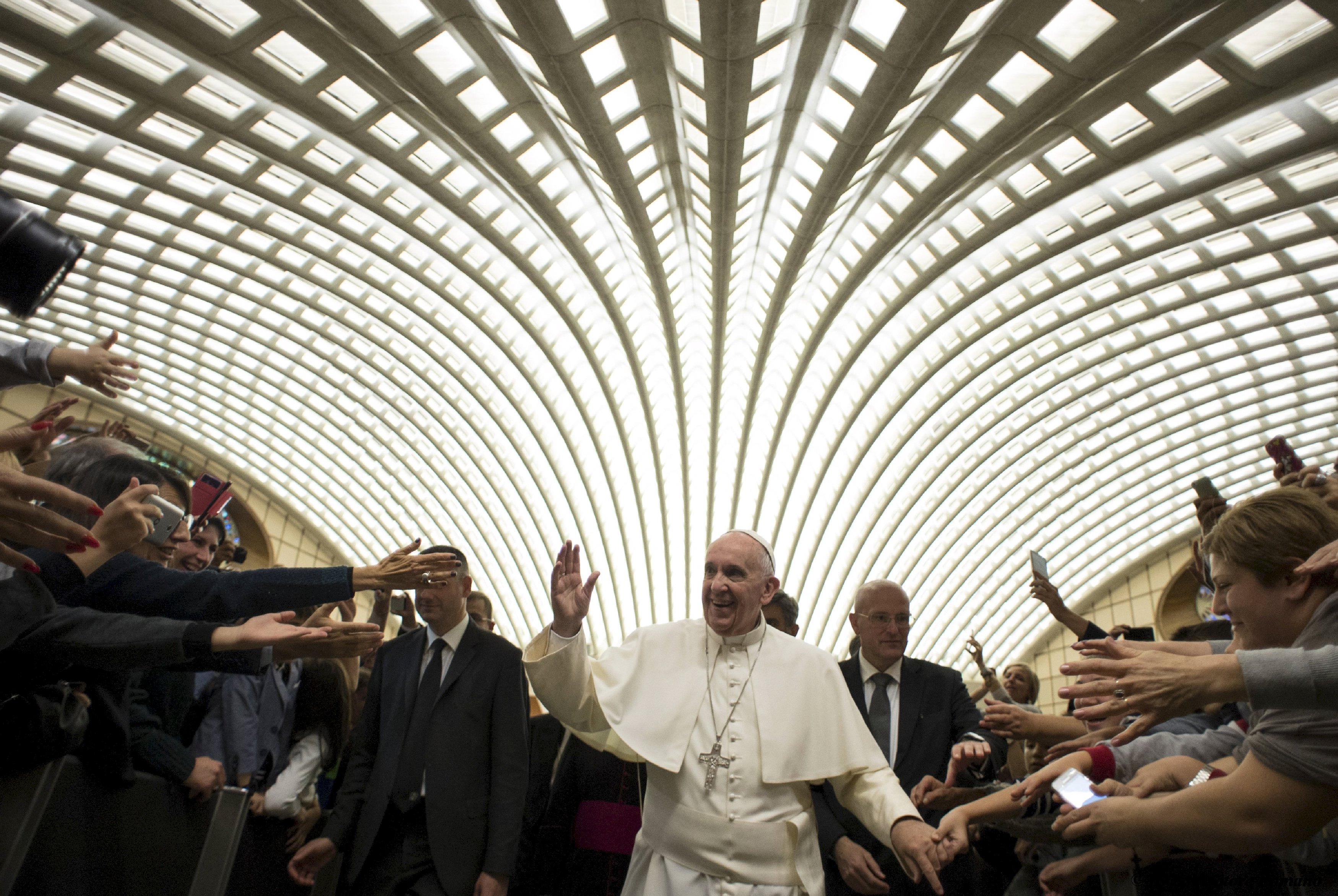 Paus Francis saat ia tiba untuk memimpin khalayak khusus dengan anggota Uni Pengusaha dan Manajer Kristen di Vatikan 31 Oktober 2015. REUTERS / Osservatore Romano / Handout via Reuters .