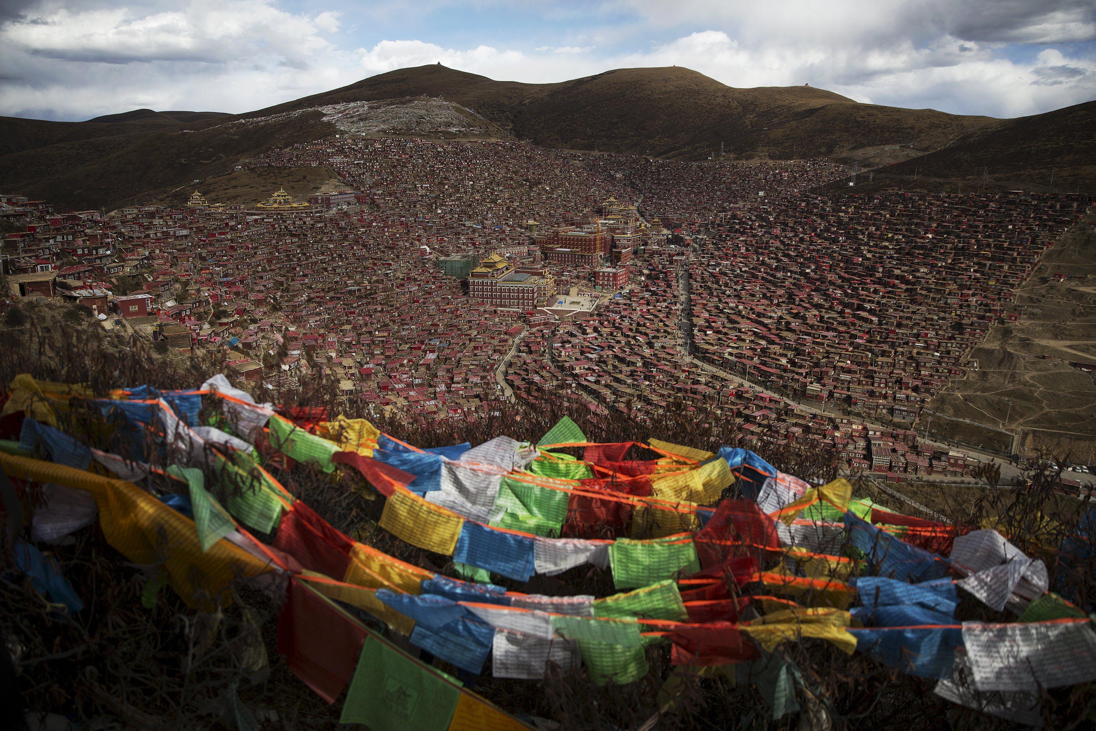 Bendera doa warga Tibet berkibar di atas lembah Larung tempat Institut Buddha Larung Wunning berlokasi, sekitar 3700-4000 meter di atas permukaan laut di wilayah terpencil Sertar, Perfektur Otonomi Tibet Garze, provinsi Sichuan, Tiongkok, Jumat (30/10). Institut tersebut didirikan pada 1980 oleh Khenpo Jigme Phunstok, seorang lama berpengaruh dari sekte Nyingma agama Buddha TIbet yang hanya memiliki 30 murid tetapi saat ini menjadi pusat studi agama Buddha terbesar di dunia. Saat ini, ribuan biksu dan biksuni tinggal di rumah kecil dan kabin log mengelilingi Institut. Gambar diambil Jumat (30/10). ANTARA FOTO/REUTERS/Damir Sagolj.