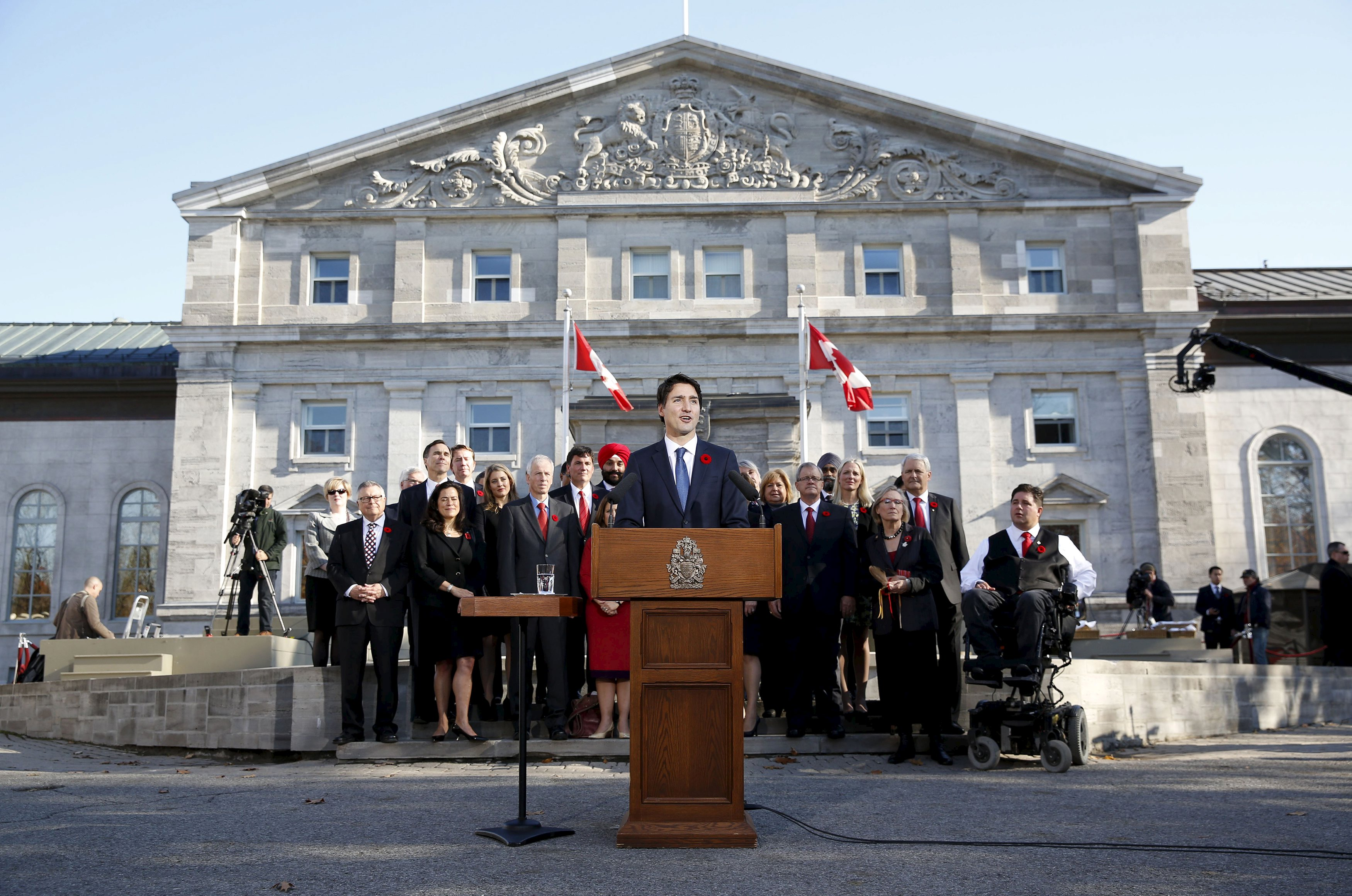 Perdana Menteri baru Kanada Justin Trudeau berbicara di depan keramaian di luar Rideau Hall setelah mengambil sumpah di upacara pelantikan di Ottawa, Rabu (4/11). Pemimpin Liberal Trudeau membentuk Kabinet muda dari beragam etnis dan kesetaraaan gender pada hari Rabu saat ia dilantik sebagai Perdana Menteri Kanada ke-23, menandai berakhirnya era Konservatif yang berlangsung hampir satu dekade. Trudeau, 43 tahun, memulai pemerintahannya dengan beberapa kontroversi dengan keputusannya untuk memilih jumlah yang sama antara pria dan wanita untuk merampingkan kabinet, pertama kalinya perbandingan gender tercapai di tim kementerian Kanada. REUTERS/Blair Gable.