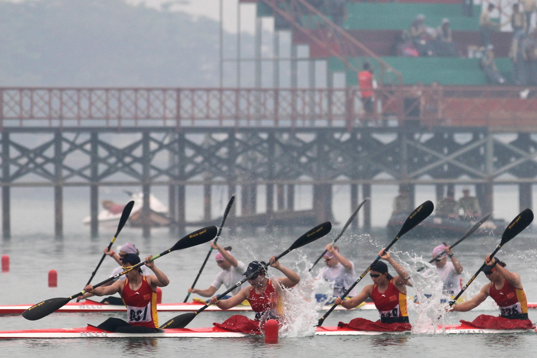 Tim Kayak Tiongkok memacu kecepatan saat berlaga dalam final nomor Kayak 4 500 Meter Putri Asian Canoe Championships 2015 di arena Ski Air, Jakabaring Sport City (JSC), Palembang, Sumsel, Kamis (5/11). Tim Kayak Tiongkok berhasil menjadi yang tercepat dengan catatan waktu 1:37,524 pada nomor tersebut. ANTARA FOTO/Nova Wahyudi.