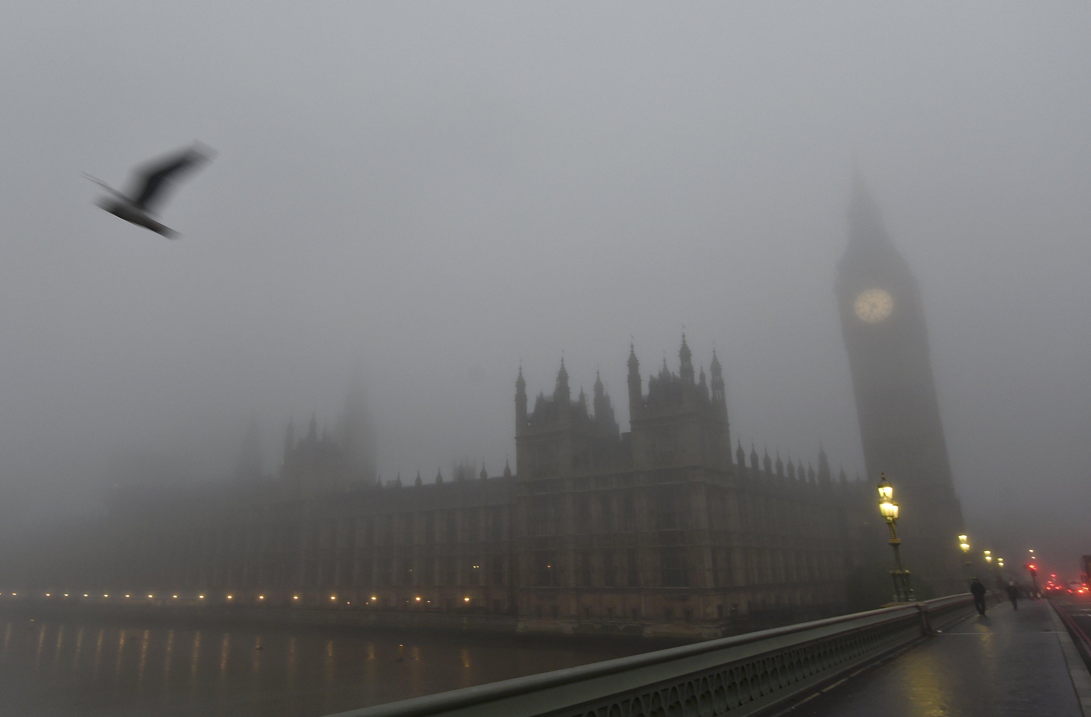 Gedung Parlemen tertutup kabut pagi di London, Inggris, Senin (2/11). Bandara di seluruh Inggris mengalami gangguan hari Senin ini akibat kabut tebal yang mengakibatkan penundaan dan pembatalan penerbangan di hari kedua cuaca buruk. Penerbangan menuju dan dari London mengalami dampaknya, sementara cuaca berkabut di ibukota dan seluruh wilayah Eropa menyebabkan masalah di seluruh bandara. ANTARA FOTO/REUTERS/Toby Melville.