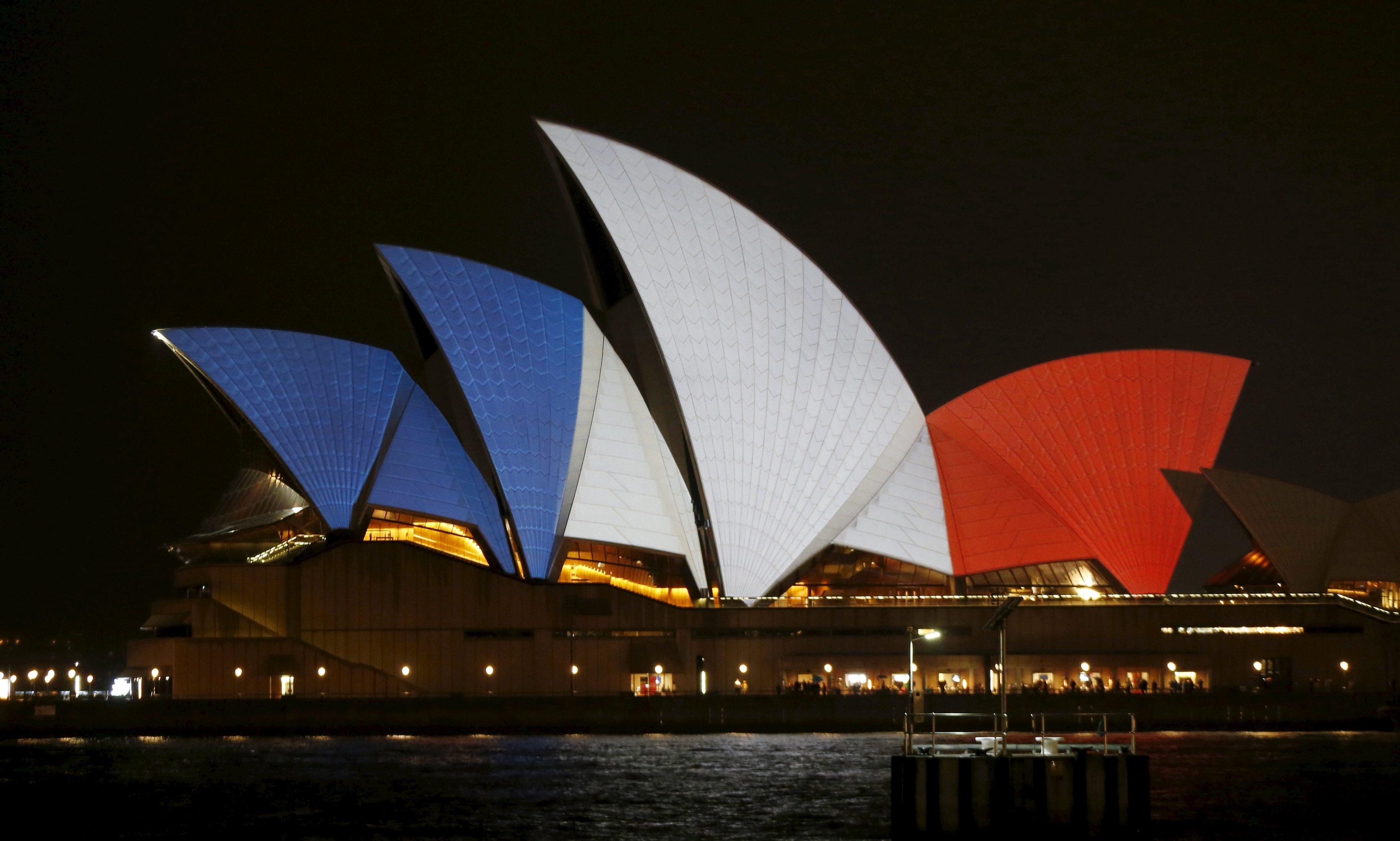 Warna biru, putih, dan merah dari bendera nasional Prancis diproyeksikan ke bangunan Sydney Opera House di Australia, Sabtu (14/11). ANTARA FOTO/REUTERS/Jason Reed.