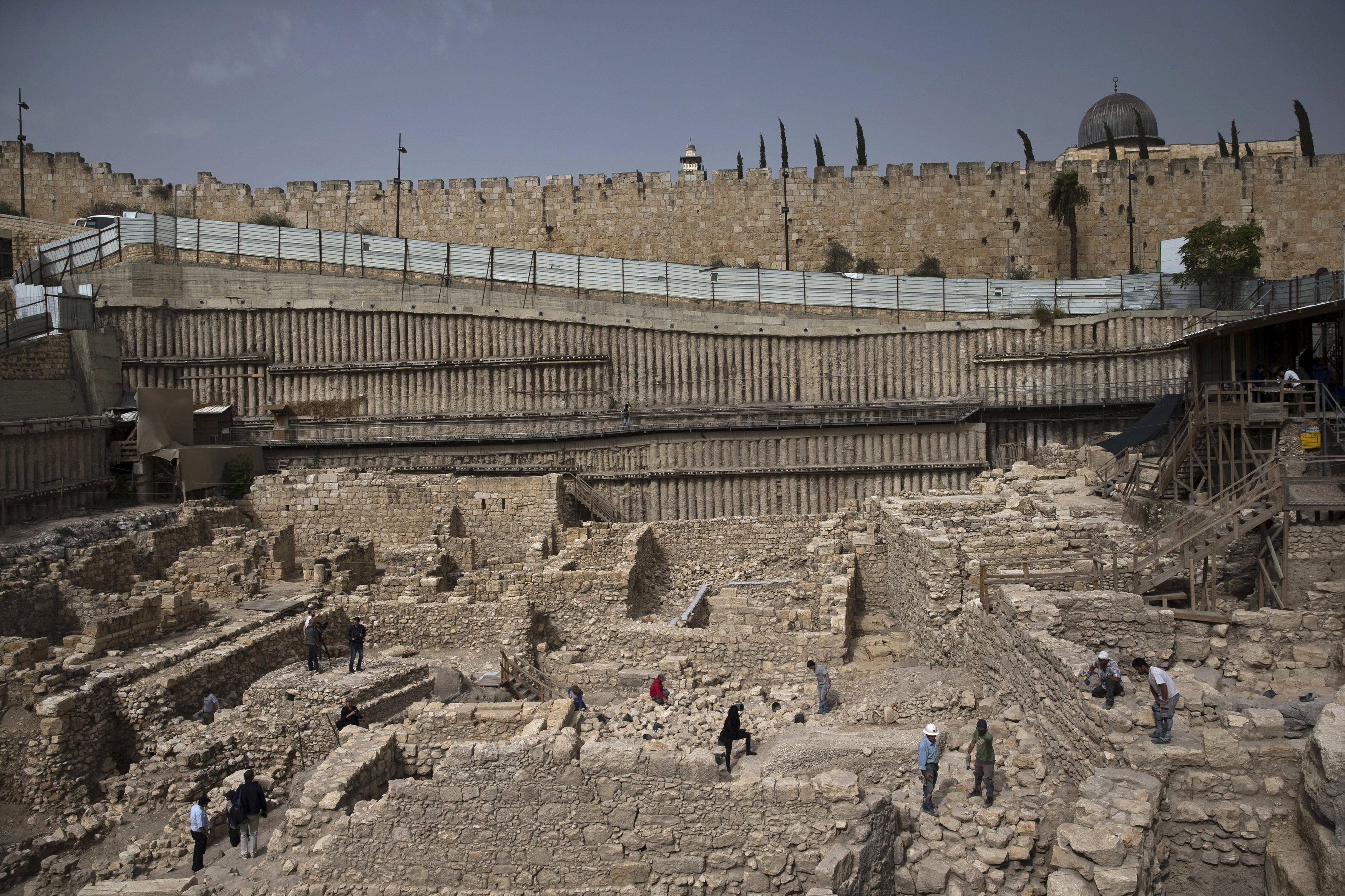 Sejumlah jurnalis dan pekerja otoritas peninggalan sejarah Israel berdiri di tempat yang menurut arkeolog memiliki sisa-sisa benteng Yunani kuno, diluar tembok Kota Tua Yerusalem, Selasa (3/11). Sisa-sisa benteng Yunani kuno ini ditemukan setelah pencarian ratusan tahun, dan dulu merupakan pusat kekuatan di Yerusalem dan benteng untuk melawan pemberontakan yang merayakan hari libur Yahudi Hannukah, menurut arekolog. REUTERS/Ronen Zvulun.