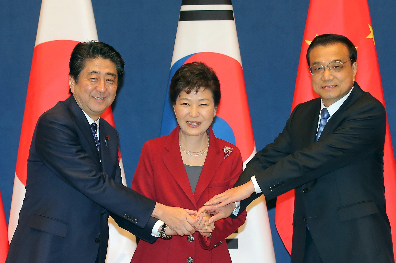 Presiden Korea Selatan Park Geun-hye (tengah) berjabat tangan dengan Perdana Menteri Tiongkok Li Keqiang (kanan) dan Perdana Menteri Jepang Shinzo Abe sebelum pertemuan tingkat tinggi tiga negara di Istana Presiden Korea di Seoul, Korea Selatan, Minggu (01/11). REUTERS/Lee Jung-hoon/Yonhap.