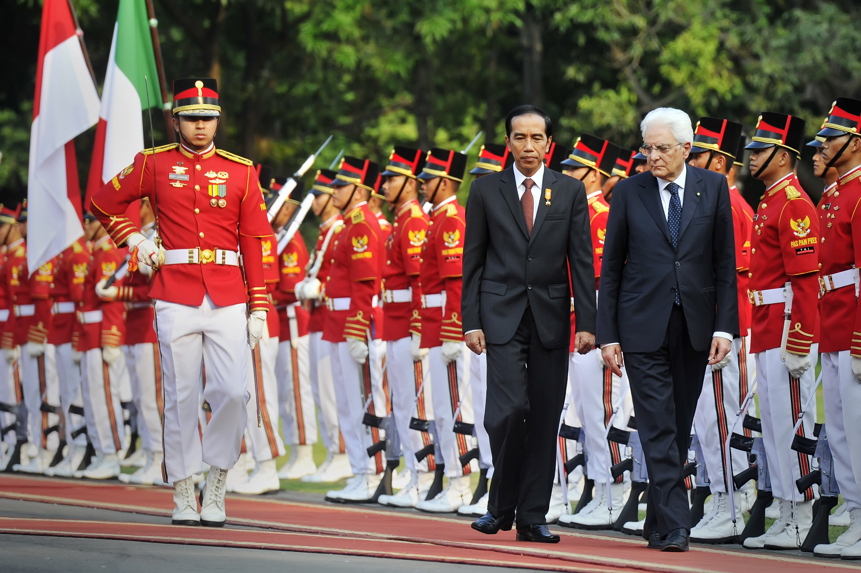 Presiden Joko Widodo (tengah) bersama Presiden Republik Italia Sergio Mattarella (kanan) melakukan inspeksi pasukan saat upacara penyambutan di halaman Istana Merdeka, Jakarta, Senin (9/11). Kunjungan kehormatan Presiden Republik Italia tersebut dalam rangka memperkuat kerja sama bilateral Indonesia-Italia. ANTARA FOTO/Yudhi Mahatma.