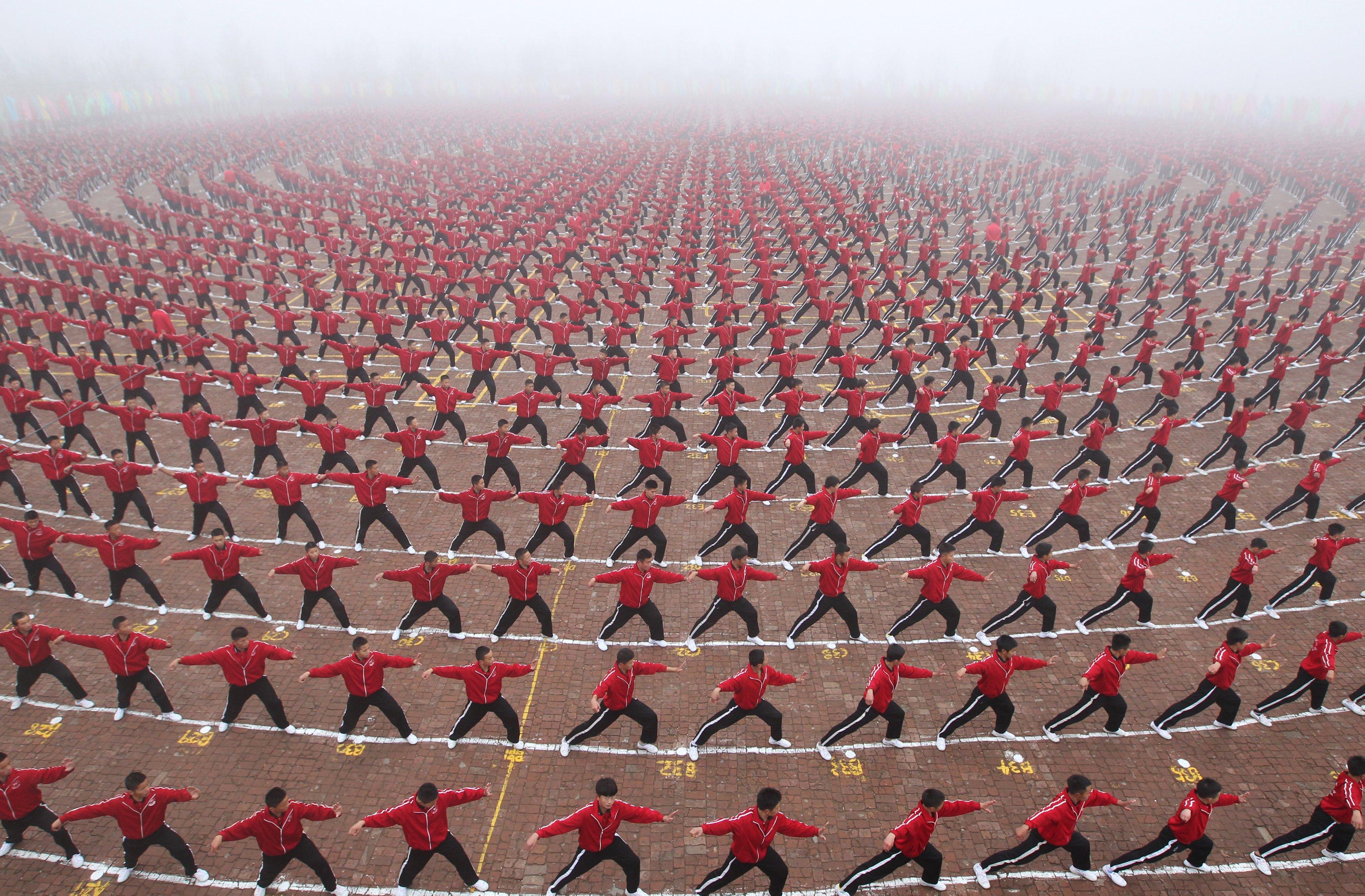 Ribuan siswa berbaris rapi saat upacara terbentuknya tim sepakbola sekolah seni beladiri Shaolin Tagou di Dangfeng, provinsi Henan, Selasa (10/11). Gambar diambli Selasa (10/11). ANTARA FOTO/REUTERS/China Daily.