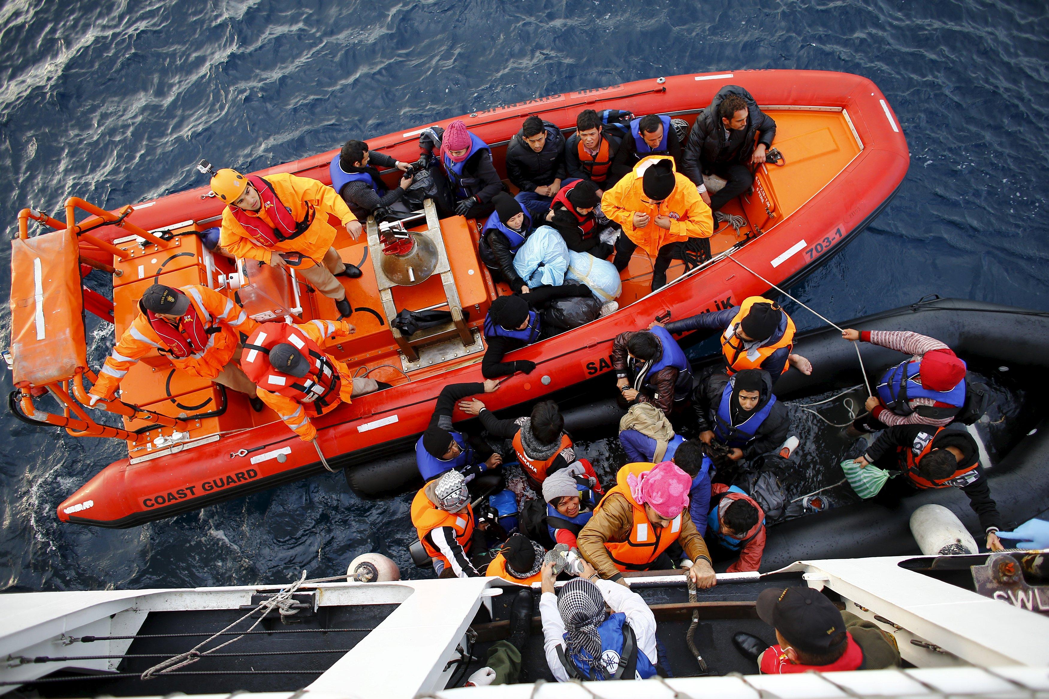Pengungsi dan migran menumpang kapal Umut-703 milik Tim Penyelamat Penjaga Pantai Turki, lepas pantai Canakkale, Turki, setelah gagal menyeberang ke pulau Lesbos Yunani, Minggu (8/11). REUTERS/Umit Bektas.