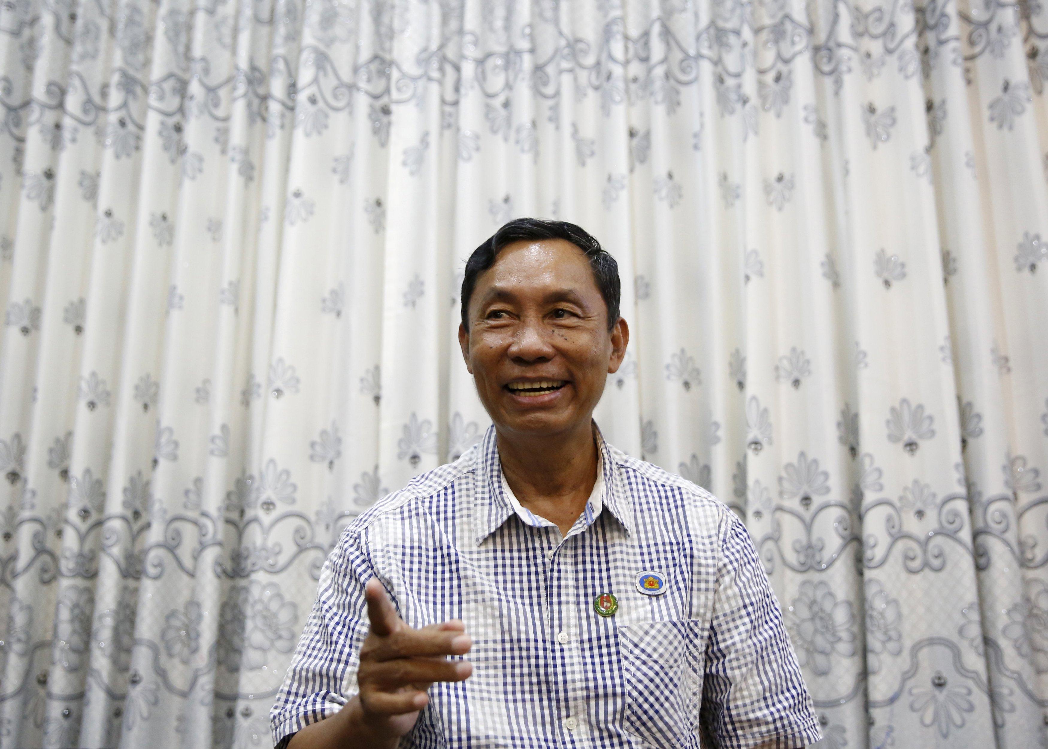 Mantan ketua partai berkuasa Myanmar Shwe Mann tersenyum saat wawancara dengan Reuters di kediamannya di Phyu, Myanmar, Rabu (4/11). Salah satu politisi paling berpengaruh di Myanmar, digulingkan dari posisinya sebagai pemimpin partai pada bulan Agustus, yang menurutnya partai oposisi Aung San Suu Kyi adalah yang paling populer di Myanmar dan ia akan bekerja sama dengan pemenang Nobel tersebut di parlemen setelah pemilihan bersejarah. Shwe Mann memimpin fraksi Partai Uni Solidaritas dan Pembangunan yang cukup besar di parlemen. Jika Suu Kyi gagal memenangkan mayoritas, dukungan dari salah satu mantan jenderal di junta bisa membantu Suu Kyi membentuk pemerintahan. REUTERS/Olivia Harris.