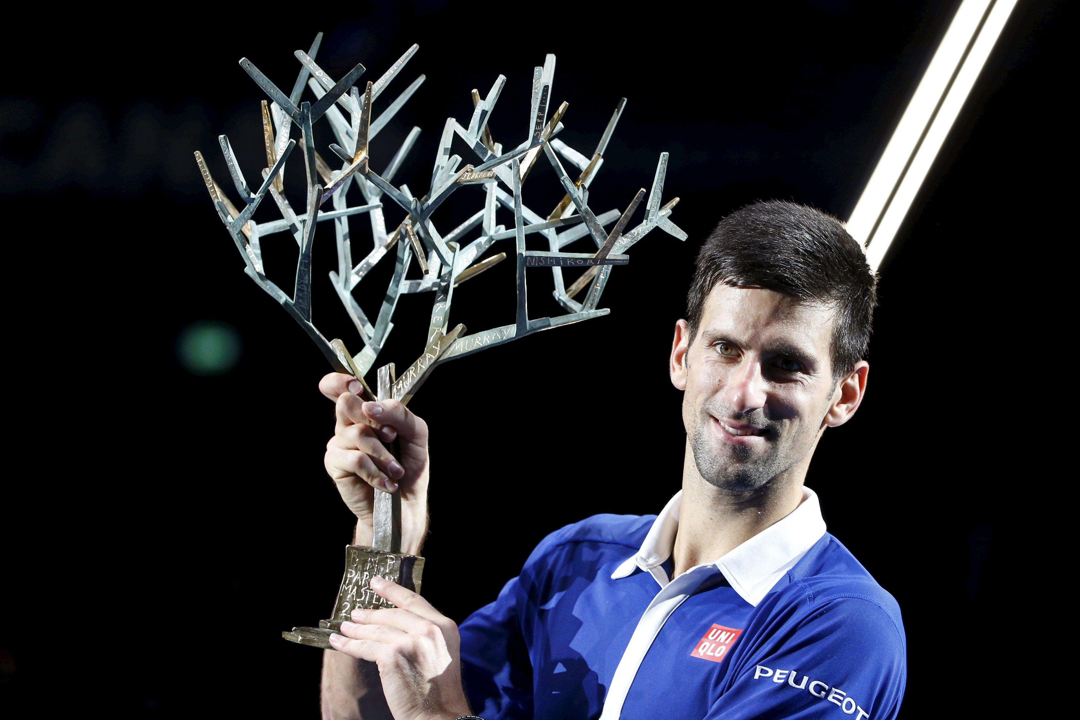 Petenis peringkat satu dunia Noval Djokovic dari Serbia mengangkat pialanya setelah mengalahkan petenis Inggris Andy Murray di final tunggal putra di Turnamen Paris Masters, Minggu (8/11). Pencapaian brilian Djokovic seolah membawanya ke dimensi lain saat Djokovic menjadi orang pertama yang memenangkan titel Masters dalam satu tahun dengan mengalahkan Andy Murray  6-2 6-4 di Paris. REUTERS/Charles Platiau.