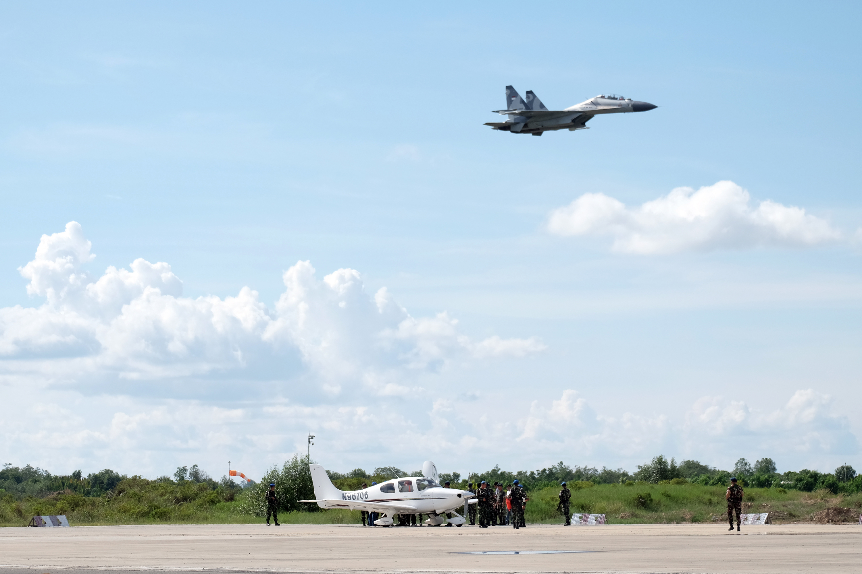 Pesawat Cessna N 96706  diturunkan secara paksa (push down) oleh TNI Angkatan Udara  di Bandara Juwata Tarakan, Kalimantan Utara, Senin (9/11). Pesawat  tersebut disergap  dua Pesawat Tempur Sukhoi karena memasuki wilayah Teritorial kedaulatan NKRI tanpa dilengkapi dokumen Flight Clearance (FC), Flight Approva atau MOT, dan Ministry of Foreign Affairs (MFA). ANTARA FOTO/Fadlansyah.