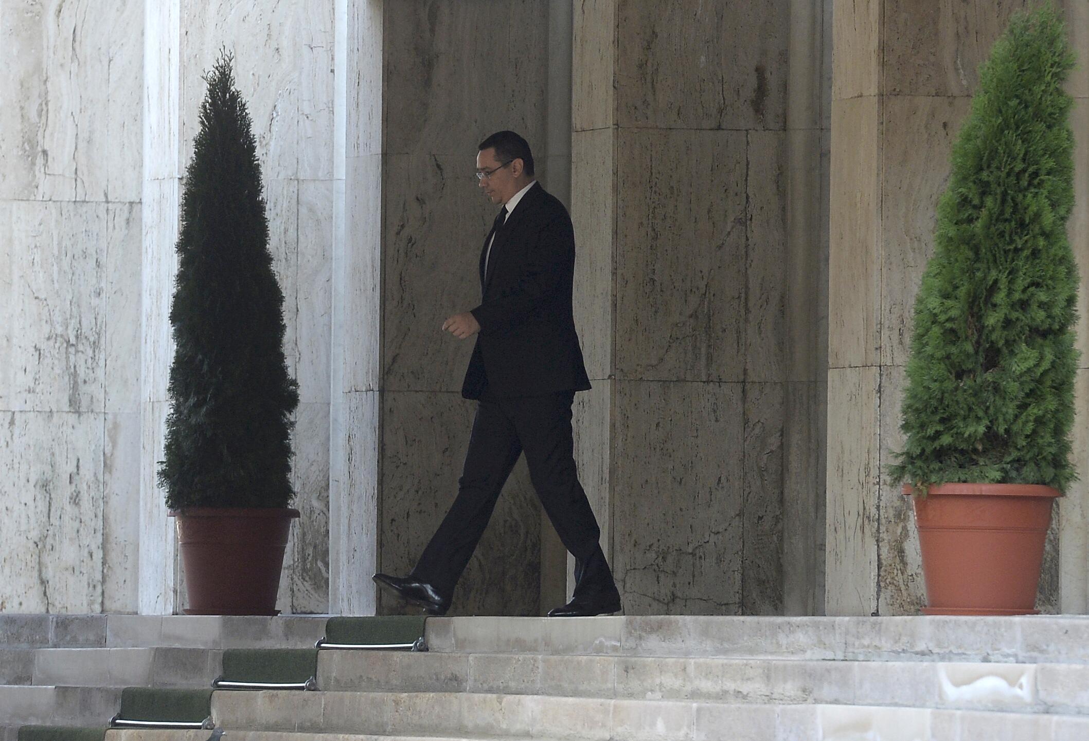 Perdana Menteri Rumania Victor Ponta meninggalkan kantor pemerintah setelah mengumumkan pengunduran dirinya di Bucharest, Rumania, Rabu (4/11). Ponta mengundurkan diri hari Rabu, dengan sangat mengejutkan setelah beberapa jam protes dari masyarakat menuntut pengunduran diri kabinet saat korban tewas kebakaran klub di Bucharest mencapai 32 orang, menurut partai berkuasa sayap kirinya. REUTERS/Inquam Photos/Octav Ganea.