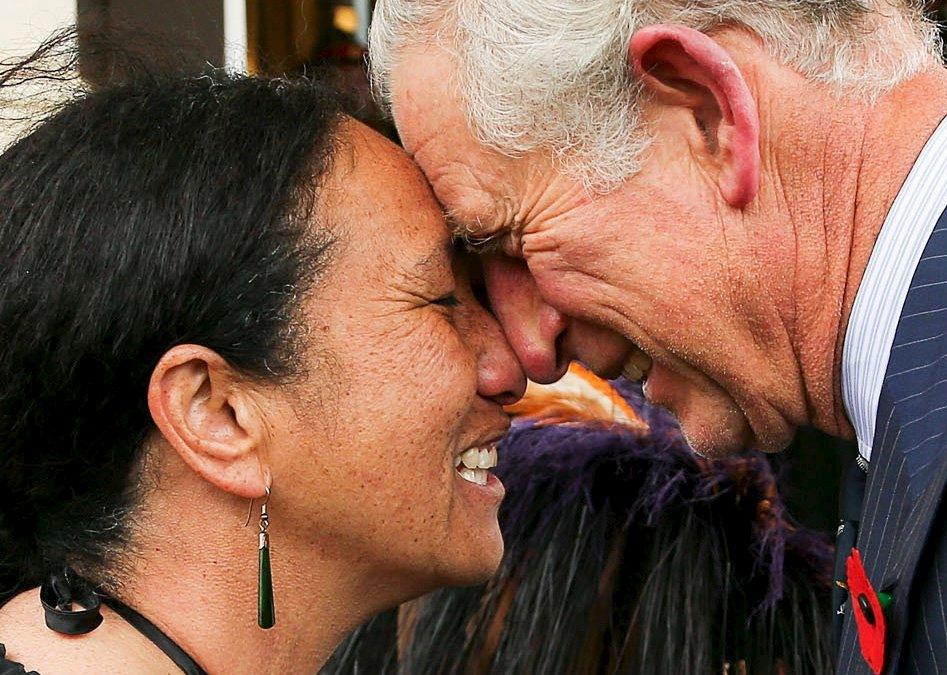 Pangeran Charles Prince of Wales, disambut dengan hongi (salam tradisional Maori) oleh Sersan Penerbangan Angkatan Pertahanan Selandia Baru, Wai Penga, saat upacara penyambutan di Kantor Gubernur di Wellington, Selandia Baru, Rabu (4/11). Pangeran Charles dan Camilla Duchess of Cornwall memulai tur 12 hari di Australia dan Selandia Baru pada hari Rabu. REUTERS/Hagen Hopkins.