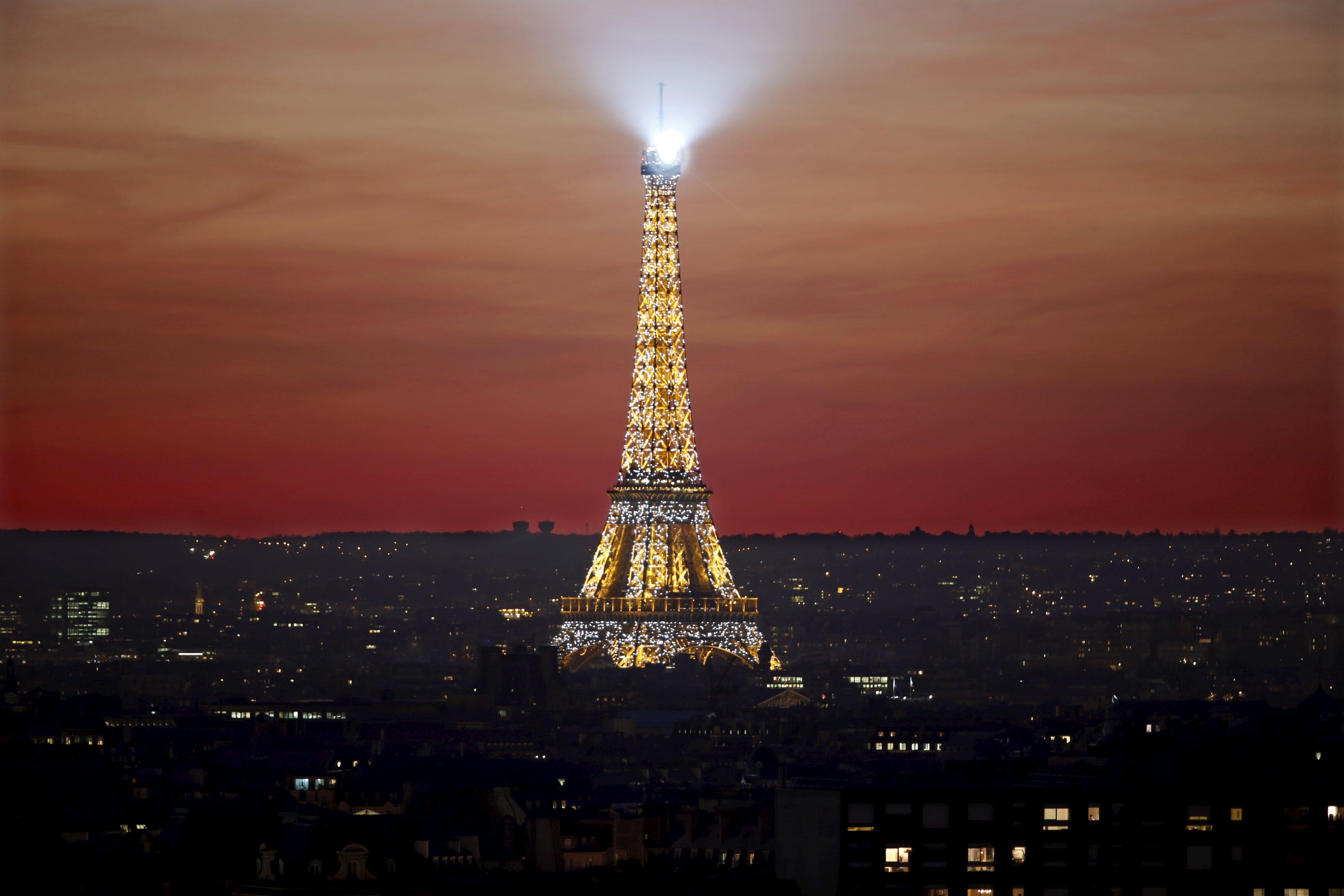 Menara Eiffel saat matahari tenggelam di Paris, Prancis, Senin (9/11). Paris akan menyelenggarakan Konferensi Perubahan Iklim Dunia 2015 (COP21) dari tanggal 30 November sampai 11 Desember. REUTERS/Charles Platiau.