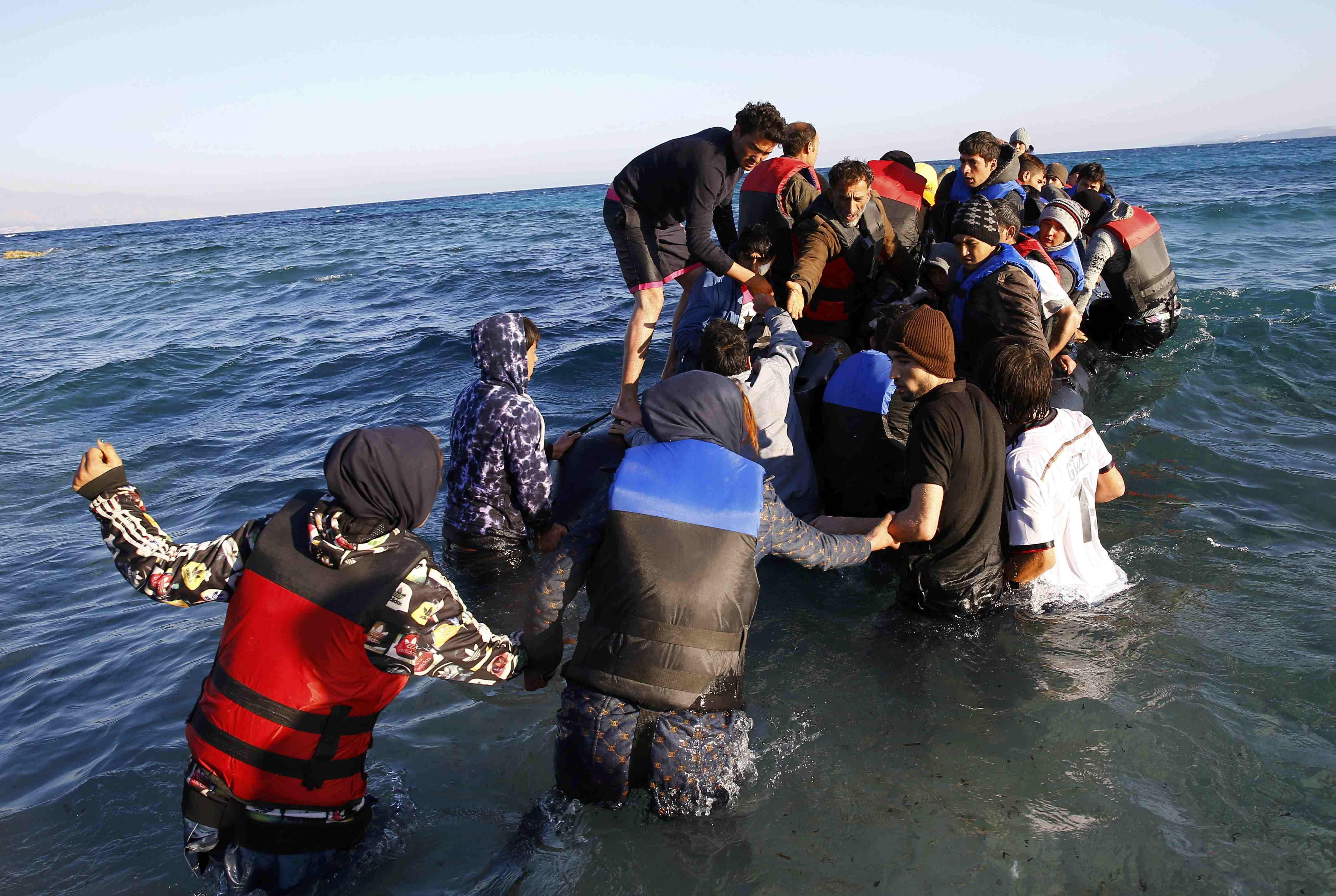 Pengungsi naik ke perahu kecil dari pulau Chios Yunani saat mereka mencoba pergi dari pesisir barat Turki, kota Cesme, provinsi Izmir, Turki, Rabu (4/11). REUTERS/Umit Bektas.