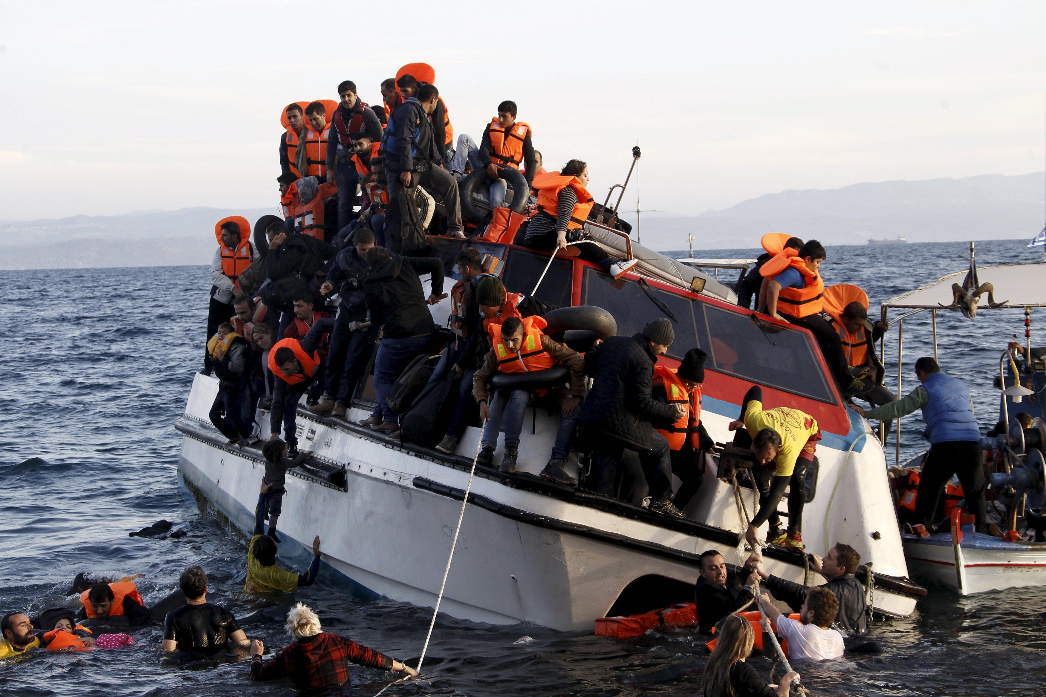 Pengungsi, yang kebanyakan dari Suriah, berjuang meninggalkan perahu berpenumpang sekitar 150 pengungsi saat tiba di Pulau Lesbos Yunani, setelah menyebrangi laut Aegean dari Turki, Jumat (30/10). Tidak ada pengungsi tewas yang menggunakan kapal tersebut, menurut saksi Reuters. Korban tewas tenggelam di laut yang terjadi belakangan ini karena cuaca di laut Aegean semakin memburuk, beralih dari koridor angin laut ke jalur yang mematikan bagi ribuan pengungsi yang menyebrang dari Turki ke Yunani. REUTERS/Giorgos Moutafis.