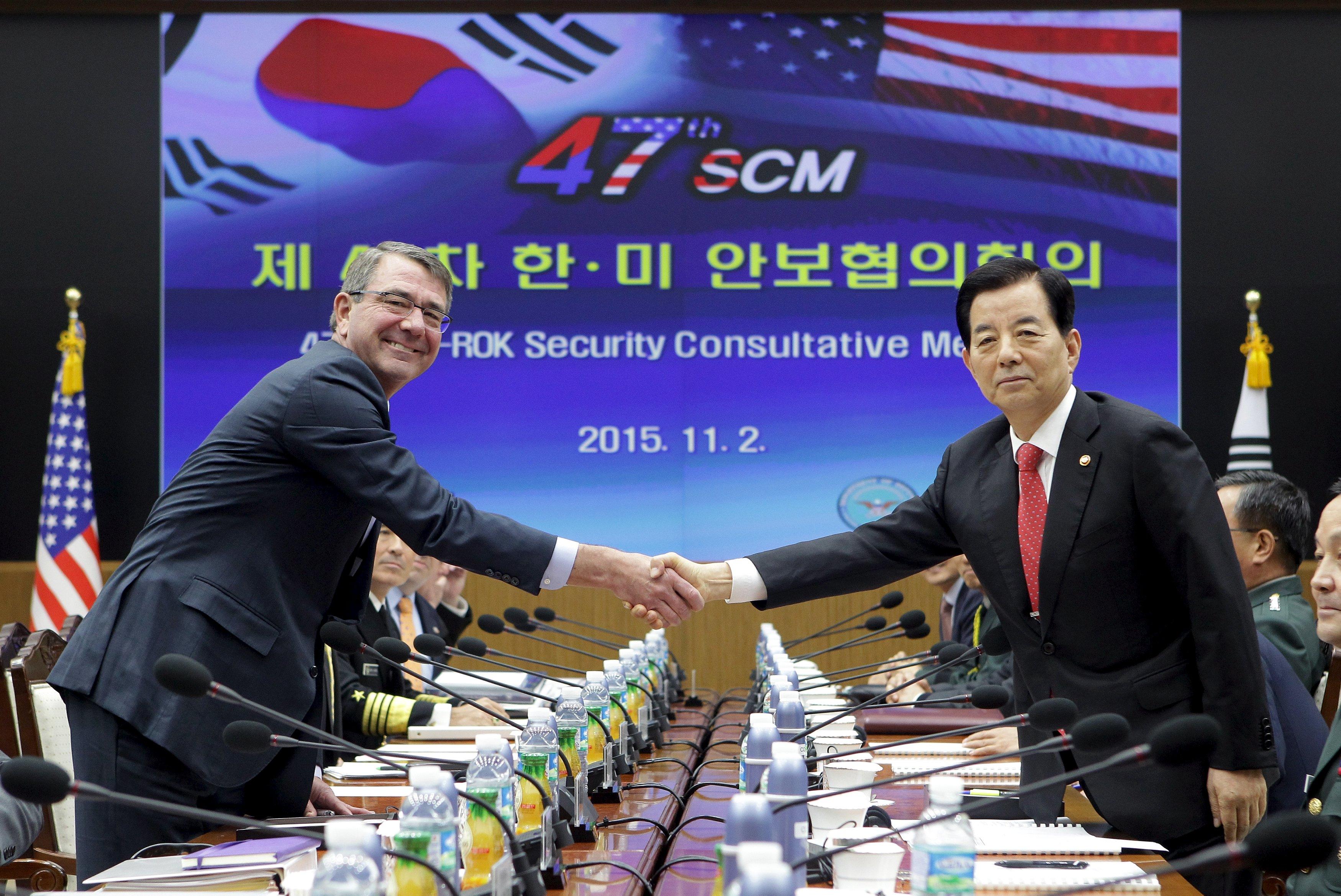 Menteri Pertahanan Ash Carter (kiri) bersalaman dengan Menteri Pertahanan Korea Selatan Han Min Koo (kanan) saat Security Consultatie Meeting (SCM) ke-47 di Kementerian Pertahanan di Seoul, Korea Selatan, Senin (02/11). REUTERS/Chung Sung-Jun/Pool.