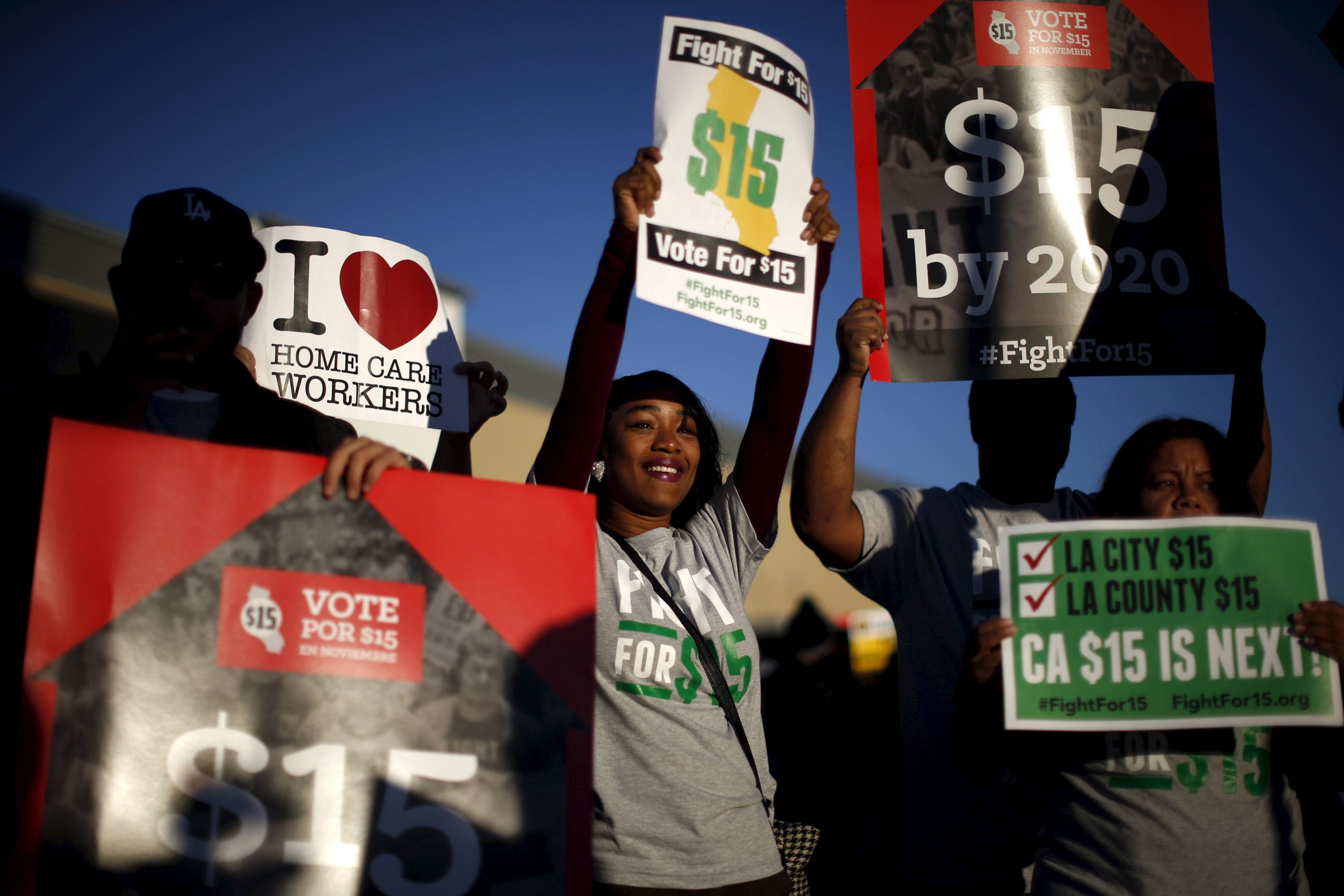 Pekerja restoran cepat saji dan pendukungnya bergabung dalam protes nasional menuntut gaji lebih tinggi dan hak berserikat di luar restoran McDonald di Los Angeles, California, Amerika Serikat, Selasa (10/11). REUTERS/Lucy Nicholson.