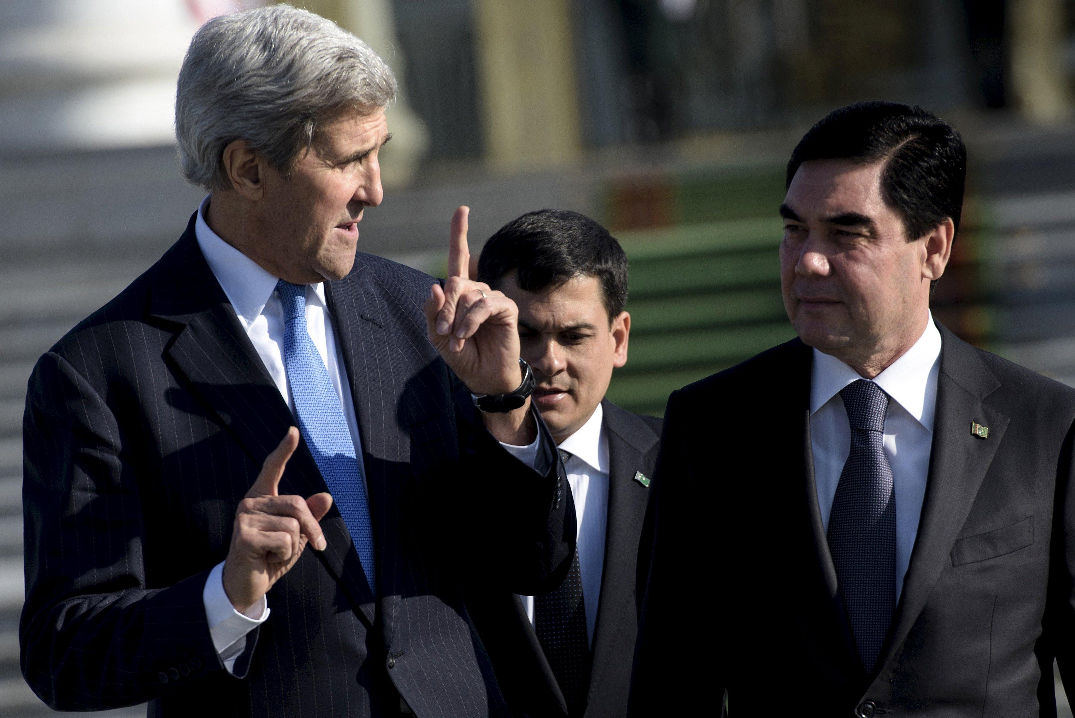 Menteri Luar Negeri John Kerry (kiri) dan Presiden Turkmenistan Gurbanguly Berdimuhamedov (kanan) berjalan setelah pertemuan di Istana Kepresidenan Oguzkan di Ashgabat, Selasa (3/11). Kerry mengunjungi Tajikistan dan Turkmenistan pada hari terakhir perjalanannya mengunjungi lima negara Asia Tengah. REUTERS/Brendan Smialowski.