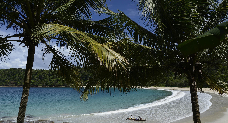 Warga menggunakan perahu di Pantai Gurango, Morotai Utara, Pulau Morotai, Maluku Utara, Rabu (11/11). Pulau Morotai memiliki beragam potensi wisata yang belum digarap maksimal, meskipun Pulau Morotai telah ditetapkan sebagai Kawasan Ekonomi Khusus. ANTARA FOTO/Fanny Octavianus.