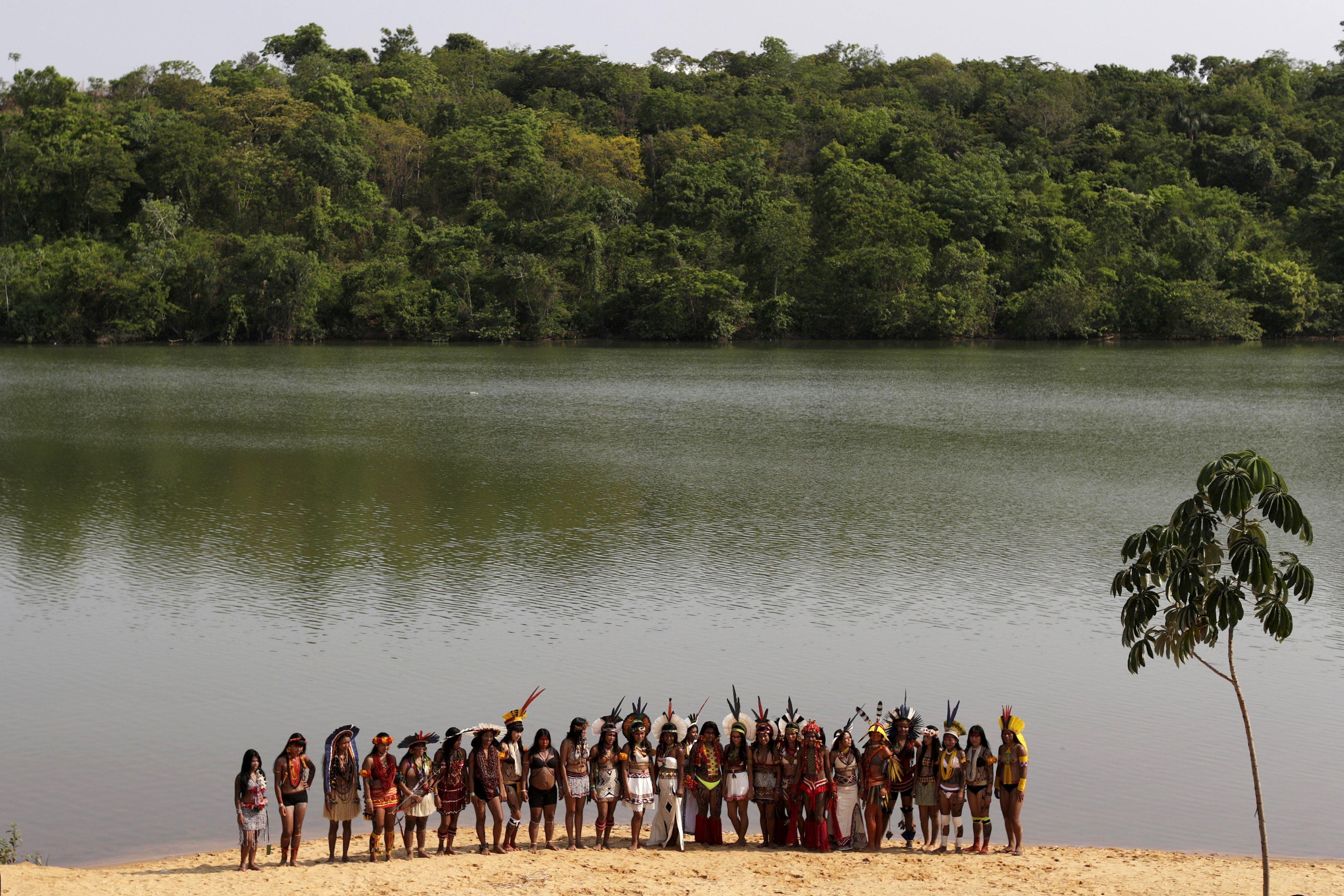 Sejumlah perempuan pribumi dari beberapa suku berpose untuk foto bersama setelah berpartisipasi di parade kecantikan pribumi di World Games untuk Penduduk Pribumi di Palmas, Brazil, Kamis (29/10). REUTERS/Ueslei Marcelino.