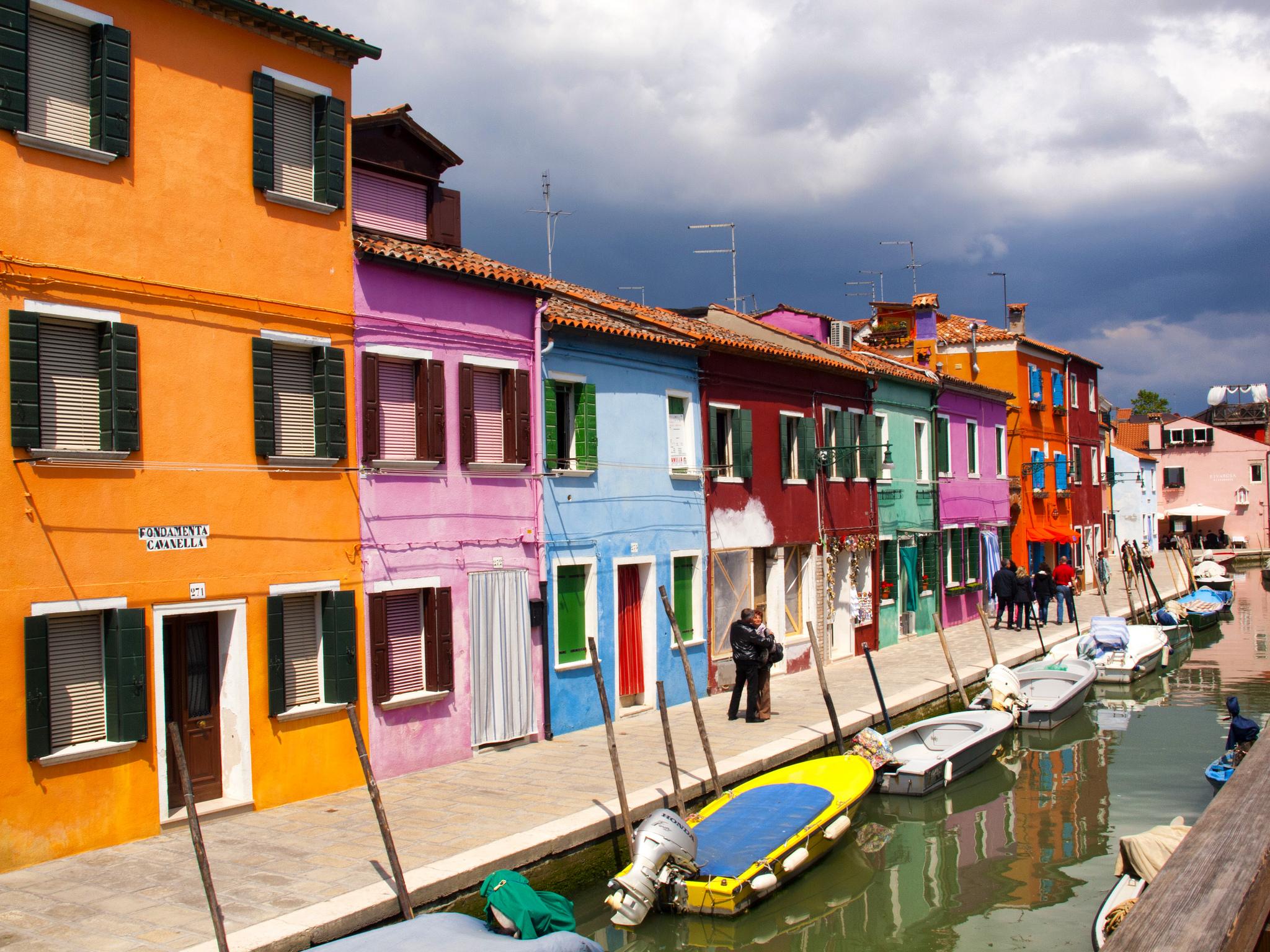 Rumah-rumah nelayan yang berwarna-warni di Pulau Burano. Sebuah pulau cantik di bagian utara laguna Venesia, Italia. Flickr - Kevin Poh.