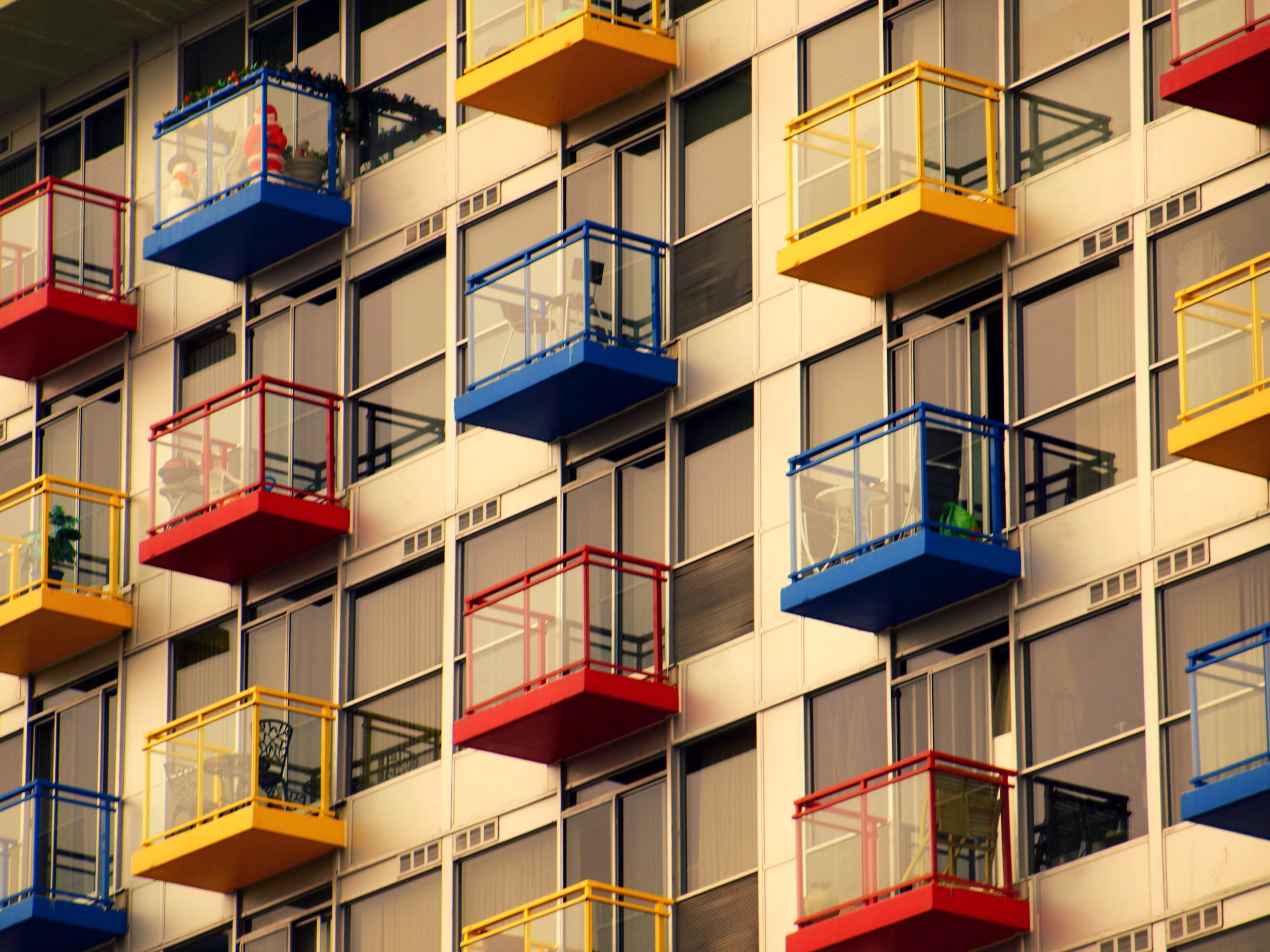 Kondominium dengan balkon yang berwarna-warni. Flickr - Michael Gil.
