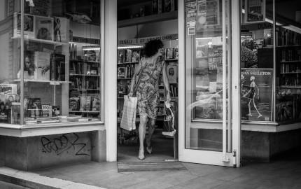 Elegant lady shopping in a bookshop in Strassbourg/ France. Flickr - Hans-B. Sickler.
