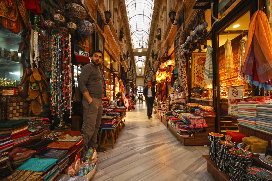 Avrupa Pasaji, atrium antik dengan beberapa toko yang berwarna-warni dan vendor barang tradisional. Istanbul, Maret 2014. Flickr -  Miguel Virkkunen Carvalho.