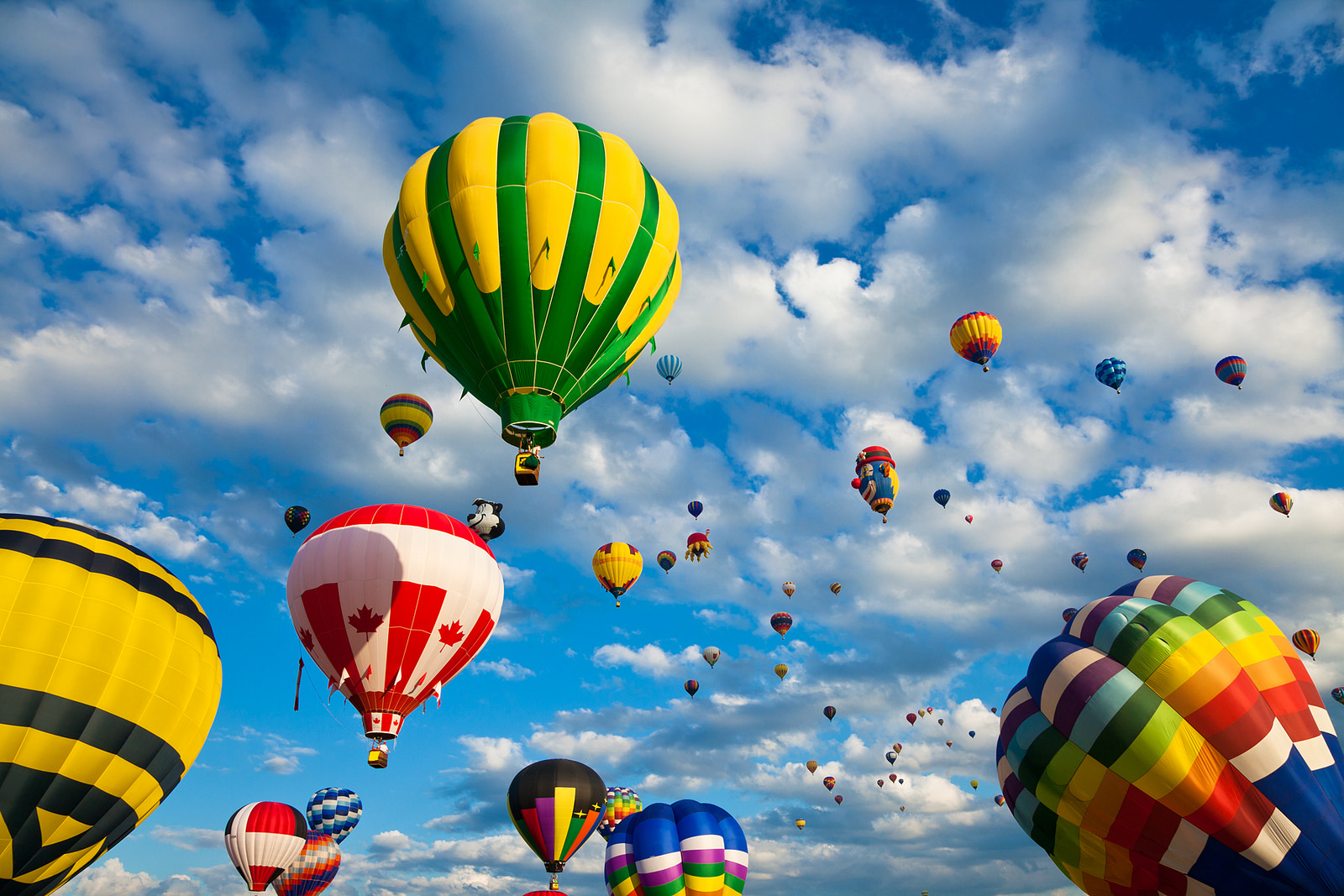 Vibrant balon udara panas diterbangkan, dari festival tahunan yang diselenggarakan di Saint-Jean-sur-Richelieu dekat Montreal, Quebec (Kanada). Flickr - Nicolas Raymond.