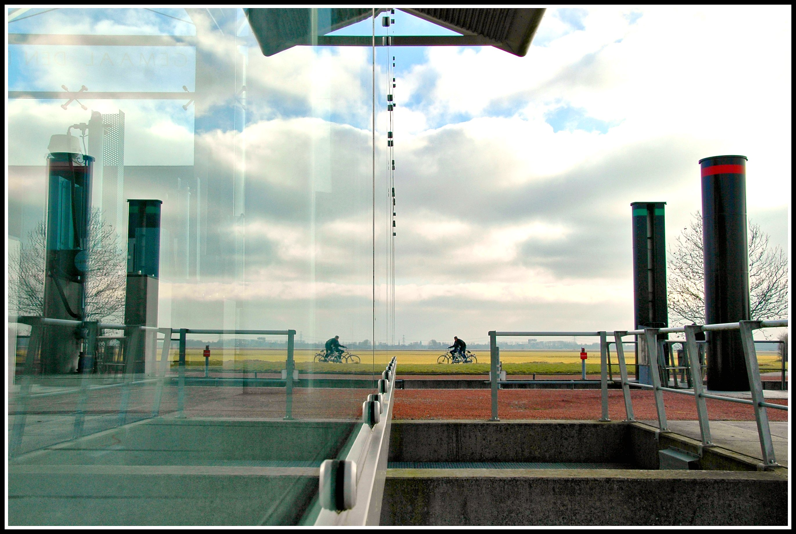 Glass architecture of a waterpumpingstation with a ships-lock. Flickr - Henk de Boer.