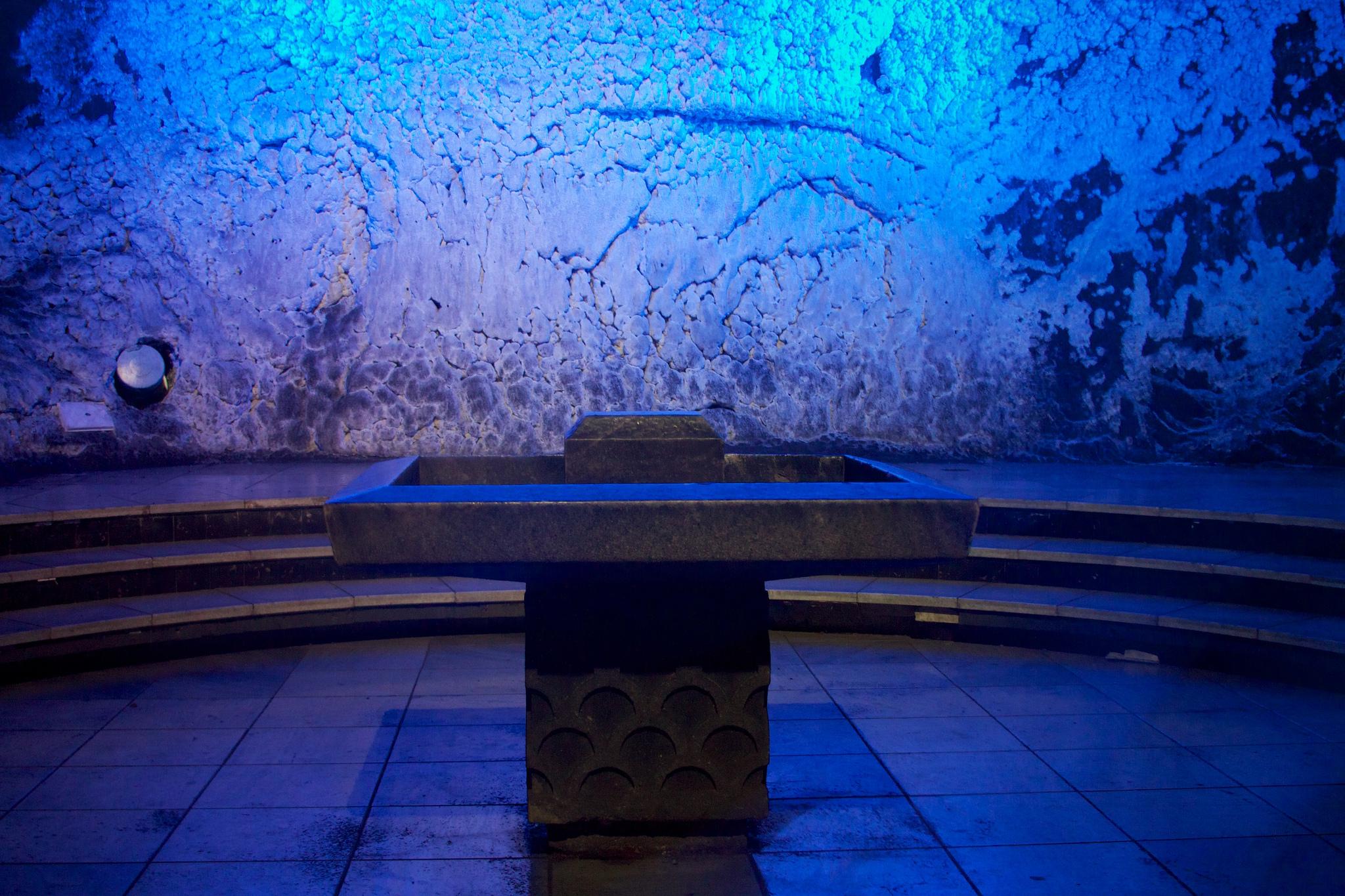 Altar garam dan air mengalir di belakangnya. Flickr - McKay Savage.