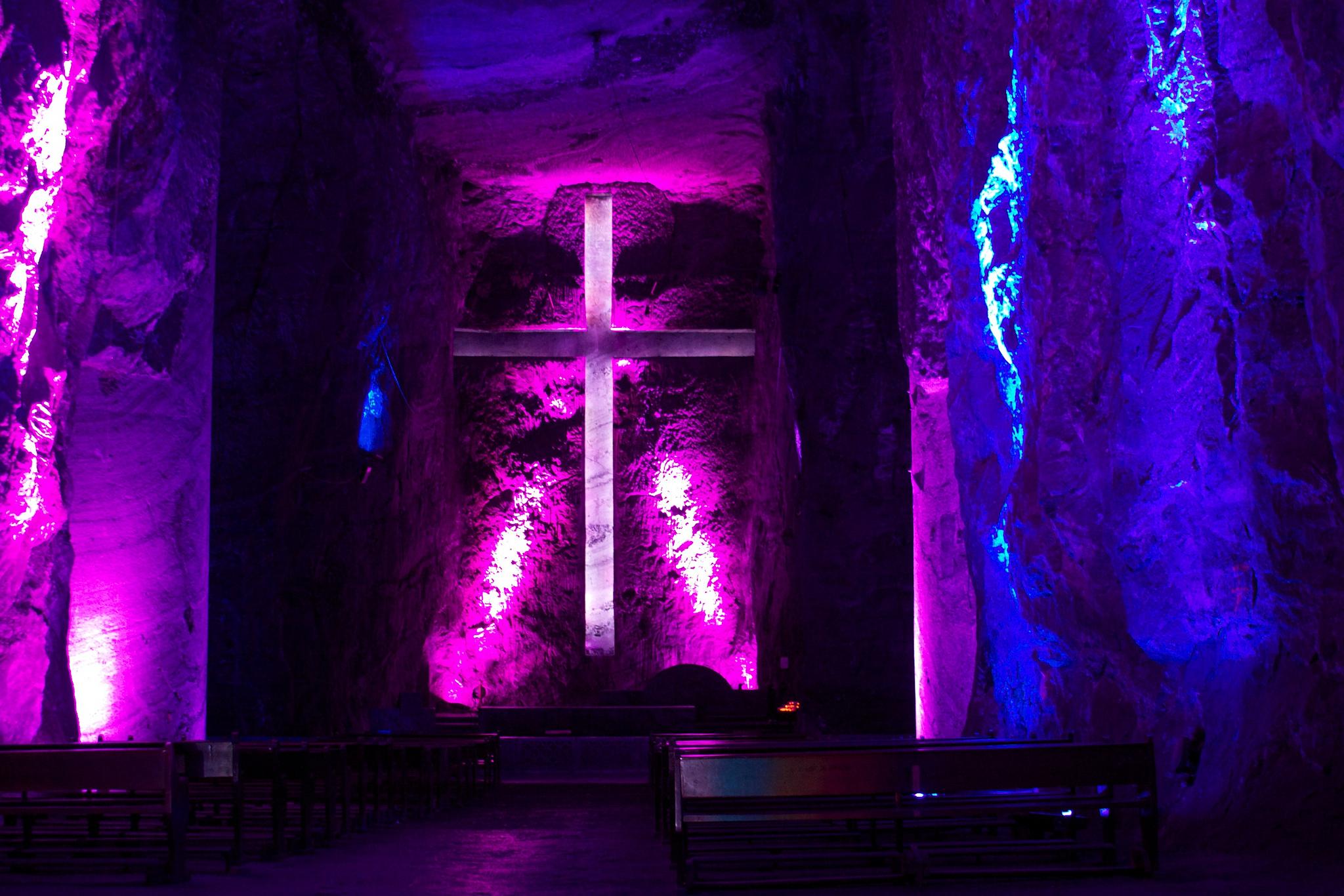 Altar utama di Salt Cathedral, Zipaquirá, Colombia. Flickr - McKay Savage.