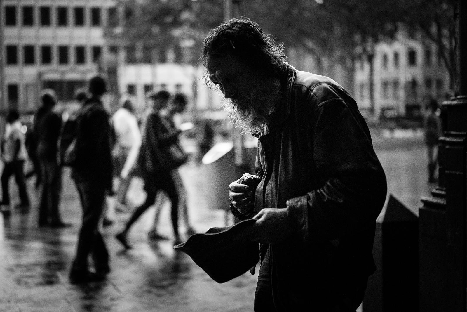 Seorang pengemis tua. Jerman. Flickr - richard overtoom.