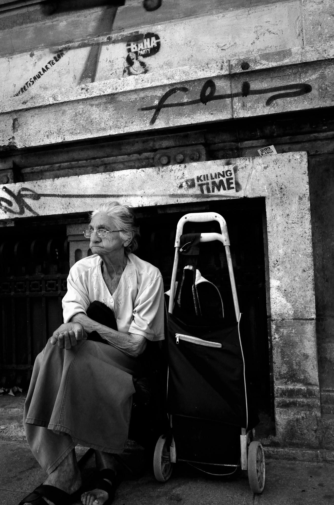 Seorang wanita mengemis di jalanan di Bucharest, Rumania. Di Rumania, para lansia yang tidak memiliki keluarga memiliki kehidupan yang benar-benar sulit. Pemerintah memberikan bantuan kecil sehingga tidak ada banyak pilihan selain mengemis untuk bertahan hidup. Flickr - Jake Stimpson.