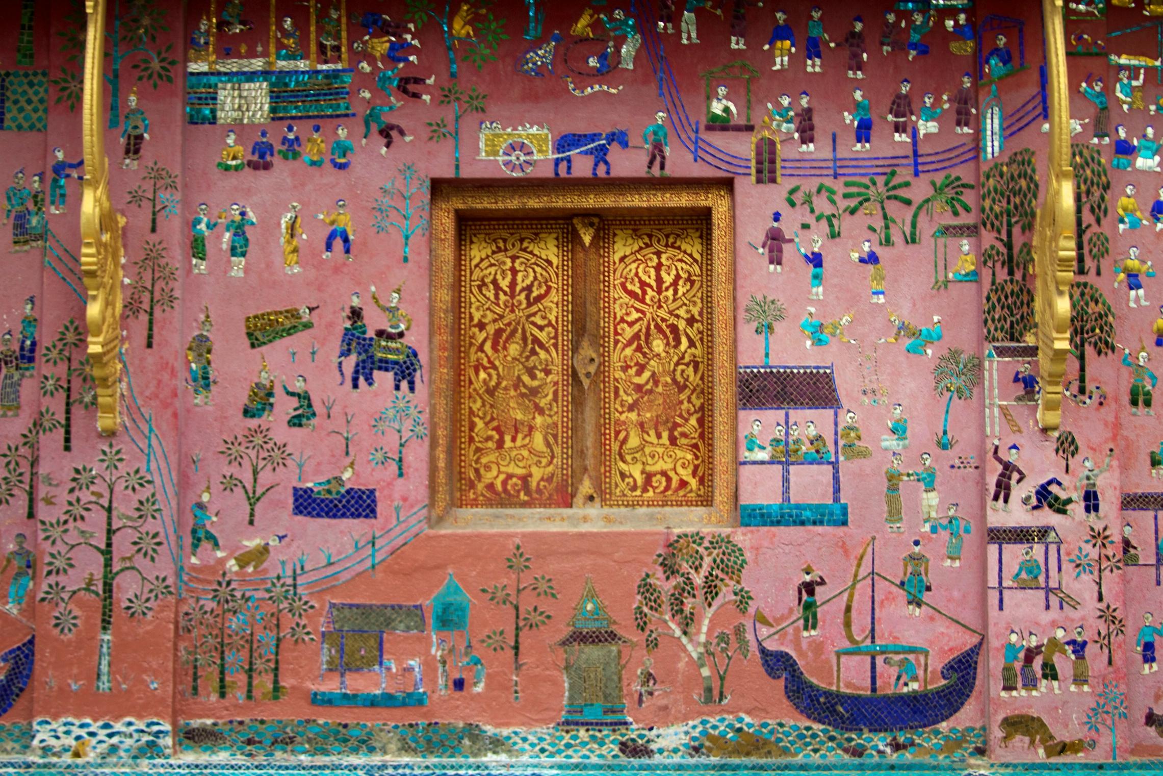 Sebuah dinding yang artistik di Wat Xieng Thong, Laos. Flickr - McKay Savage.