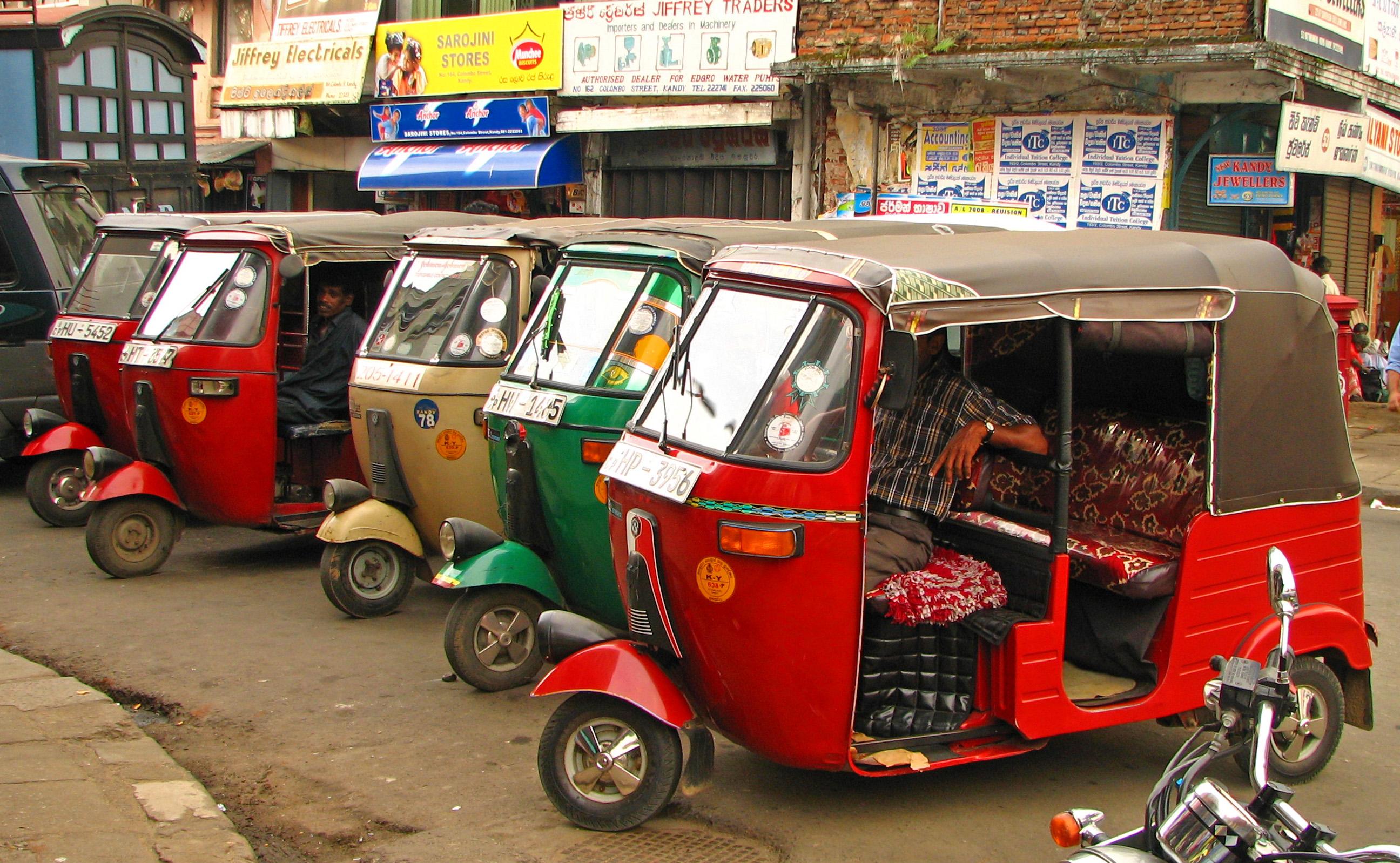 Tuk-tuk yang berwarna-warni di Kandy, Sri Lanka. Tidak seperti di India dan Thailand, tuk-tuk di sini memiliki berbagai warna seperti permen termasuk biru dan merah muda. Semua warna ini telah menyemarakkan jalan-jalan di Sri Lanka. Flickr - McKay Savage.